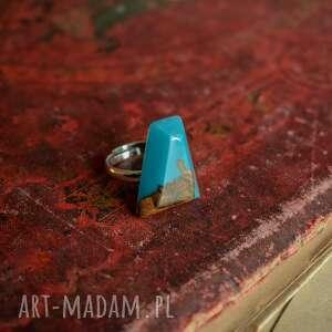 geometryczny pierścionek z drewna