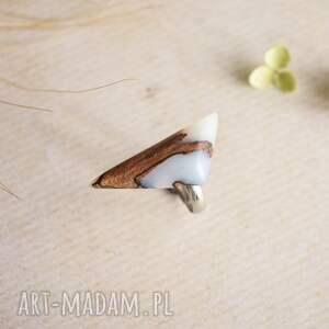 pierścionek z-drewna geometryczny z białej