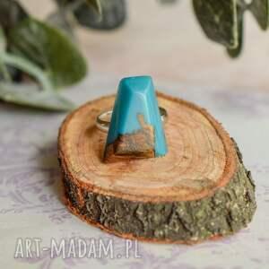 turkusowy pierścionek geometryczny wykonany z drewna