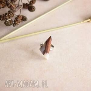 efektowne pierścionek regulowany geometryczny wykonany z drewna