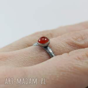 karneol pierścionki czerwone w fakturowanym srebrze