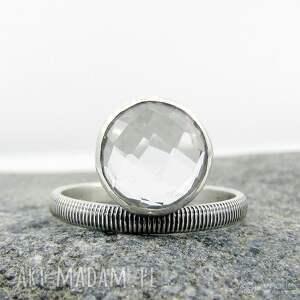 delikatny krystaliczny z paseczkami