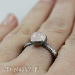 kwarc-różowy pierścionki różowe kwarc różowy i srebro fakturowane