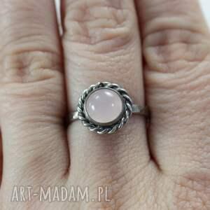 modne pierścionki srebro kwarc różowy i - pierścionek
