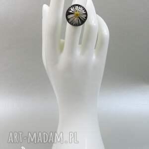 żywica 0537/~mela~ pierścionek - stokrotka