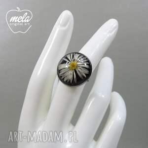 mela art 0537/~mela~ pierścionek - stokrotka w żywicy - koło