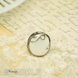 Na biało - duży pierścionek ze szkłem - biały biale szklo