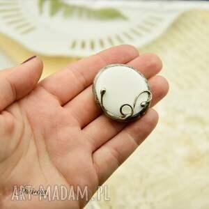 Na biało - duży pierścionek ze szkłem - biały