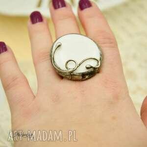 intrygujące duży pierścionek na biało