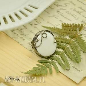 białe szkło na biało - duży pierścionek