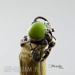 pierścionki pierścionek na zielonej łące - ze
