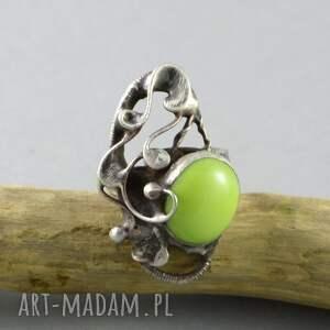szare pierścionki szkło na zielonej łące - pierścionek ze