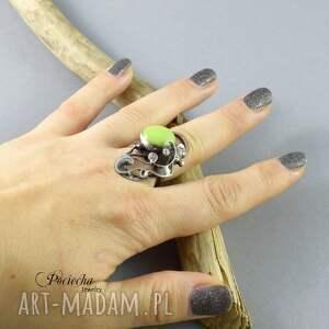 pierścionek pierścionki zielone na zielonej łące - ze
