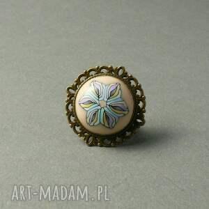 niebieskie pastelowy romantyczny pierścionek w kolorze mosiądzu