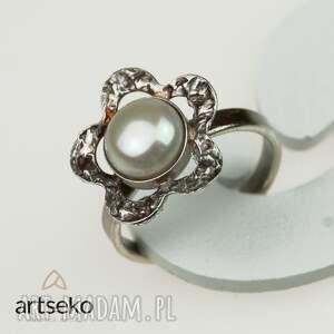 pierścionek srebrny perłowy kwiatuszek