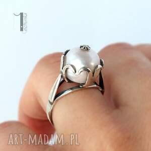 modne pierścionki klasyczny perłowy - srebrny pierścionek