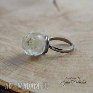 modne pierścionek kula z żywicy
