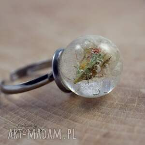 zatrwian pierścionek kula z żywicy