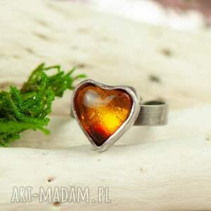 szare z bursztynem pierścionek srebrny z bursztynowym