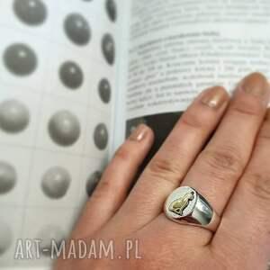 srebrne sygnet srebrny pierścionek ze złotym kotem surowiec