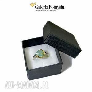 srebrne srebrny pierścionek z niebieskim chalcedonem, wykonany