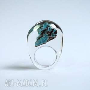 żywica pierścionek z minerałem,