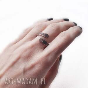 pierścionek z oksydowanej miedzi