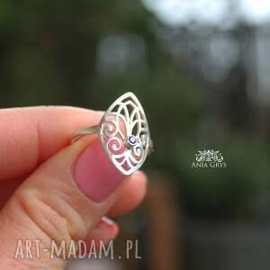 intrygujące pierścionek z rozetką i fiołkową