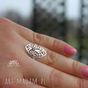 srebrne pierścionek z rozetką i fiołkową
