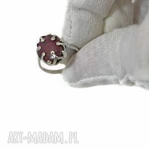 srebrne rubin pierścionek z rubinem
