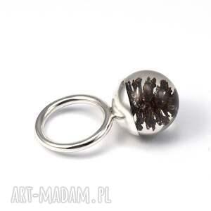 unikatowe pierścionki żywica pierścionek z szyszką olchy,