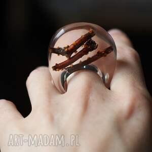 modne pierścionki żywica pierścionek z żywicyz naturalnymi