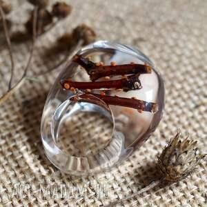 modne pierścionki natura pierścionek z żywicyz naturalnymi