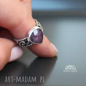 pierścionek rubin z koronką
