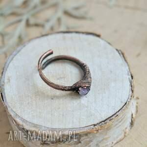 trendy pierścionek surowy ametyst