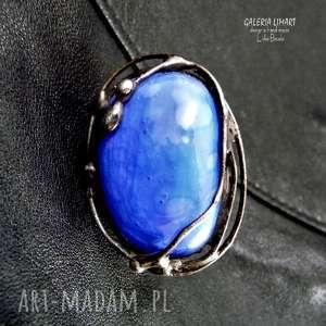 efektowny kobaltowo na palcu, perścionek
