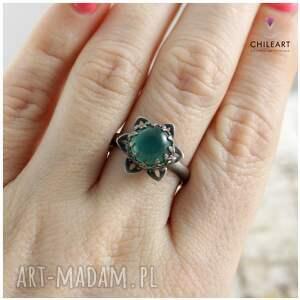 urokliwe zielony pierścionek piękny z motywem kwiatowym