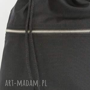 czarny worek z bawełnianej, mocnej tkaniny. z przodu
