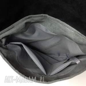 intrygujące mini plecak uszyty z mocnego obiciowego materiału
