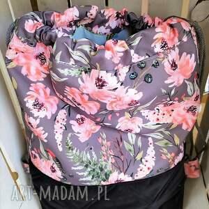 plecak worek w kwiaty na szarym