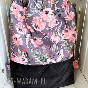 Worek plecak w kwiaty na szarym - zakupy