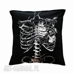 ręczne wykonanie poduszki serce anatomiczne czarna poszewka ze szkieletem