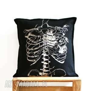 czarne poduszki poszewka czarna ze szkieletem