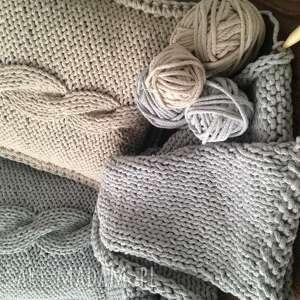 białe poduszki druty poduszka ze sznurka bawełnianego