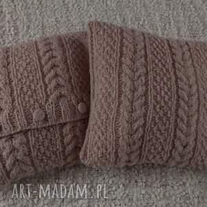 niebanalne poduszki poduszk ręcznie wykonane z wełny na drutach. guziki są