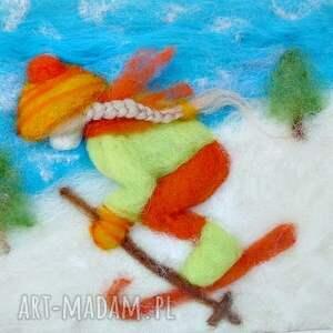 narty pokoik dziecka pomarańczowe dziewczynka szusująca na nartach
