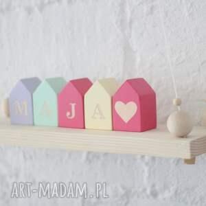 pokoik dziecka drewniane klocki w kształcie domków z literami