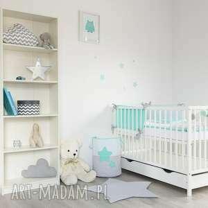 białe pokoik dziecka gwiazdki kosz na zabawki słodkie sny mięta