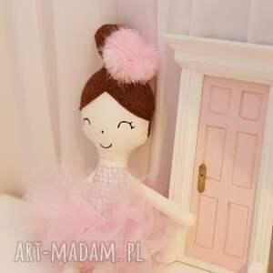 TimoSimo pokoik dziecka: Lalka ręcznie robiona Melania (Różowe dodatki) - bawełna