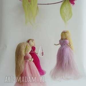 różowe pokoik dziecka karuzela mobil-karuzela. Zabawa z kroplą